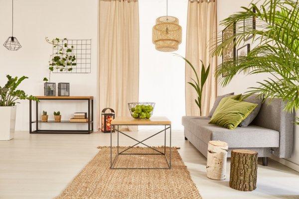 Desain rumah dengan aksen tanaman hijau atau bunga
