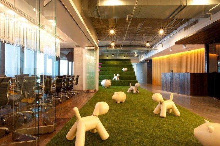 taman rumput sintetis di lobby