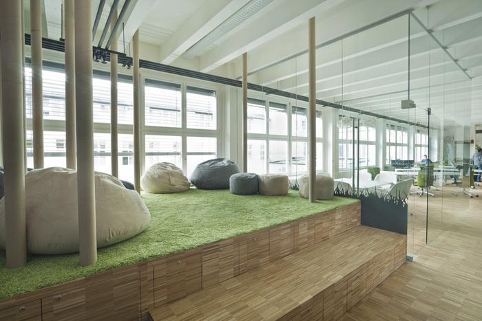 taman rumput sisntetis di coworking space