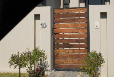 Contoh desain pagar kayu minimalis terbaru